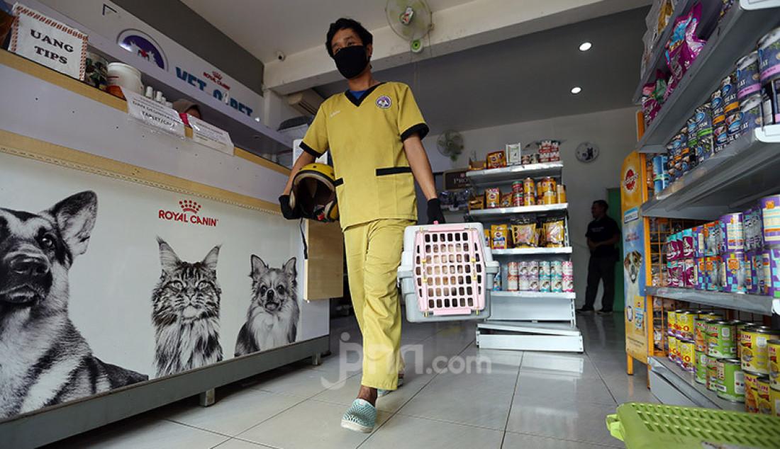 Perawat hewan mengantarkan kucing usai diperiksa di Vetopet Animal Clinic, Cibinong, Bogor, Jumat (15/5). Jasa penitipan hewan di klinik mengalami penurunan jelang Lebaran akibat himbauan larangan mudik di saat pandemi COVID-19. Foto: Ricardo - JPNN.com