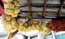 Permintaan Menurun, Pedagang Kulit Ketupat Keluhkan Omset - JPNN.com