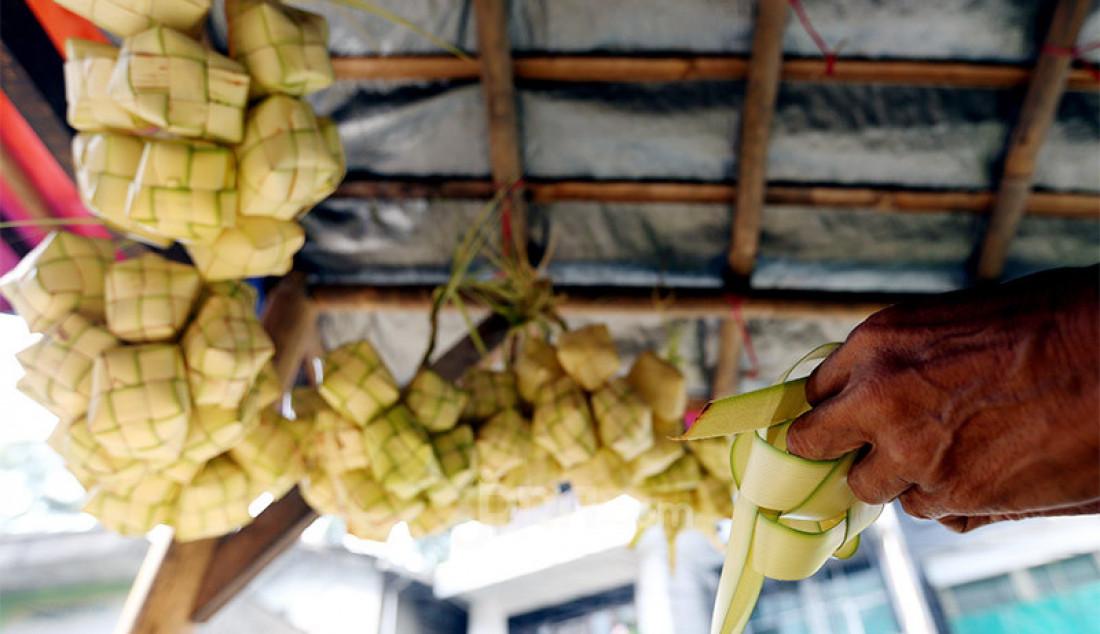 Pedagang membuat kulit ketupat di Pasar Gang Aut, Bogor, Jawa Barat, Jumat (15/5). Pedagang mengaku permintaan cangkang ketupat saat ini mengalami penurunan akibat pandemi Covid 19. Foto: Ricardo - JPNN.com