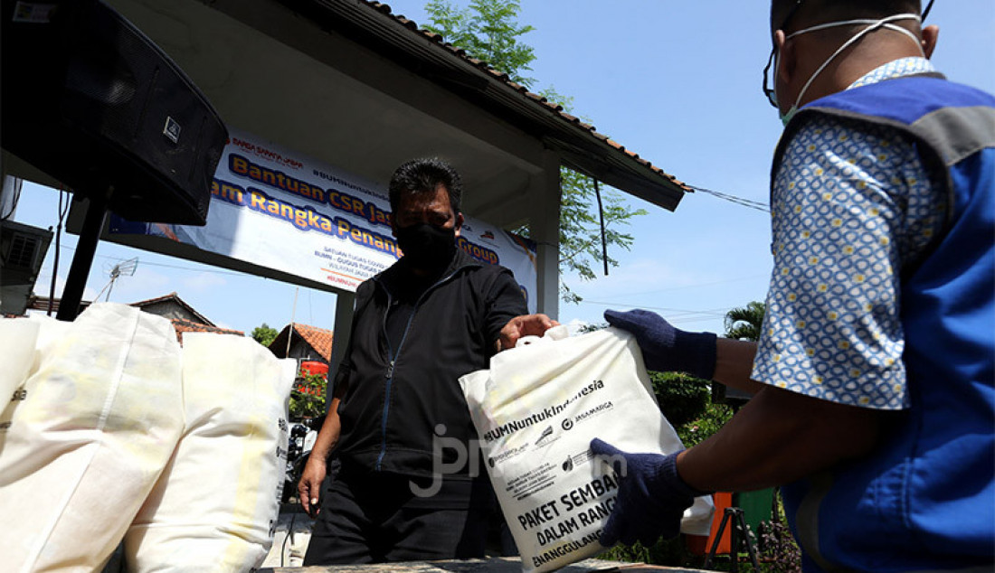 PT Marga Sarana Jabar menyerahkan bantuan sembako kepada warga di Kelurahan Tanah Baru, Bogor, Jumat (15/5). Sebanyak 2100 bantuan sembako disalurkan ke 10 kelurahan di Kota Bogor dan empat kelurahan di Kabupaten Bogor. Foto: Ricardo - JPNN.com