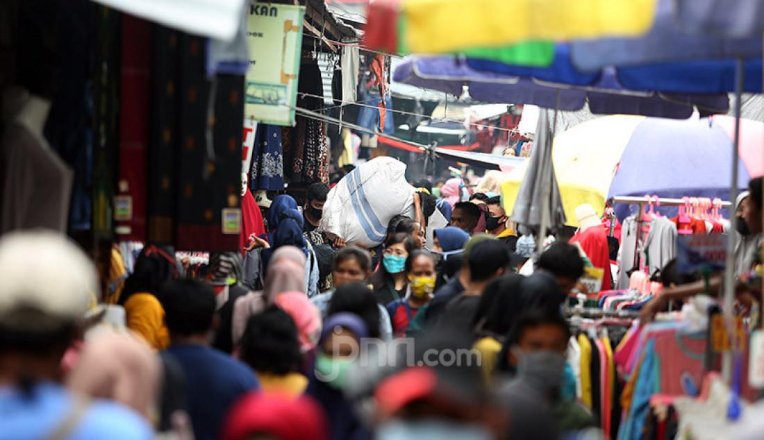 Suasana kawasan Jati Baru Raya, Tanah Abang, Jakarta, Senin (18/5). Menjelang Hari Raya Idul Fitri, warga berburu kebutuhan lebaran di masa PSBB. Foto: Ricardo - JPNN.com