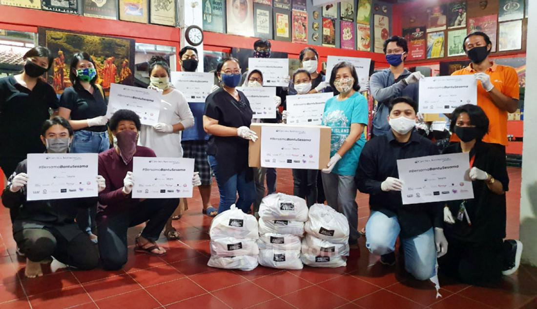 Ciputra Artpreneur Jakarta memberikan bantuan 1.000 paket kebutuhan pokok kepada pekerja seni serta pekerja harian lepas yang terkena imbas pandemi Covid-19 pada Program #BersamaBantuSesama. Foto: Ricardo - JPNN.com