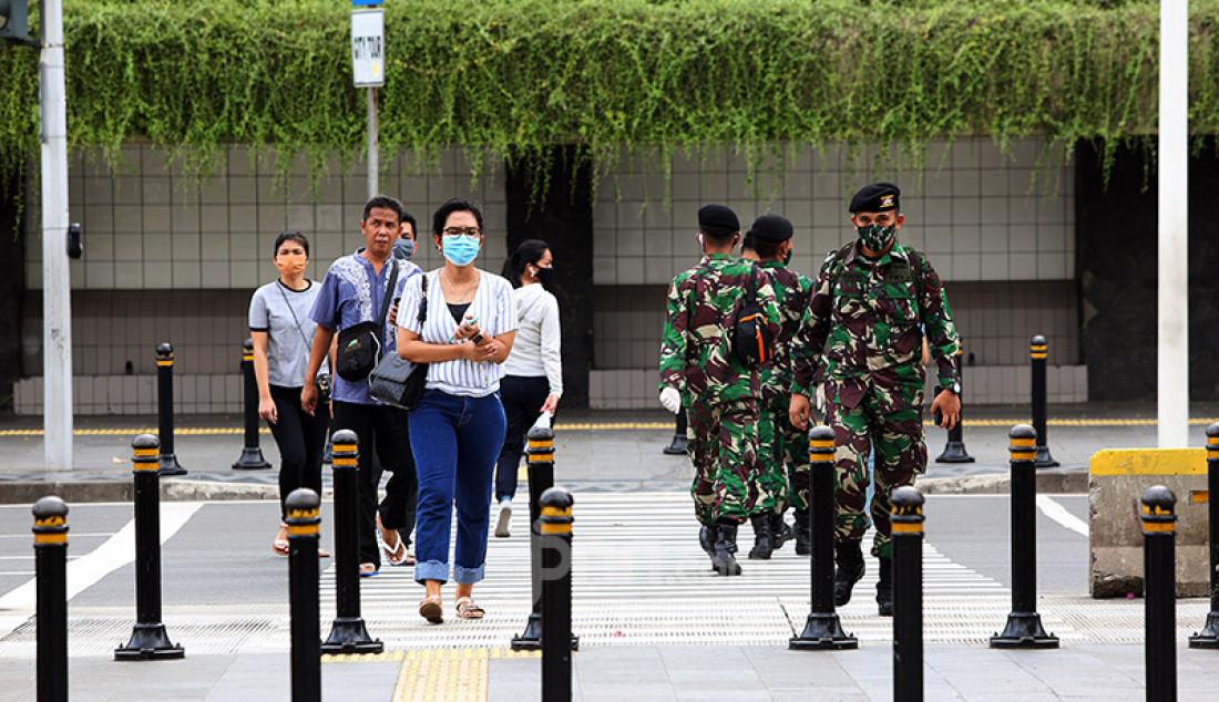 Warga saat menyeberang jalan di kawasan Bunderan HI, Jakarta, Rabu (27/5). Pemerintah akan segera menerapkan kebijakan di tempat keramaian yang akan kembali buka (new normal) dan rencananya diterapkan minggu depan. Foto: Ricardo - JPNN.com