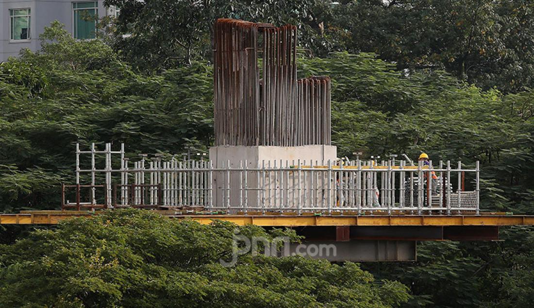 Proyek pembangunan LRT Jabodebek di Jalan HR Rasuna Said, Kuningan, Jakarta, Rabu (27/5). Proyek LRT terus berjalan meski di tengah penerapan Pembatasan Sosial Berskala Besar (PSBB) akibat wabah virus corona (COVID-19). Foto: Ricardo - JPNN.com