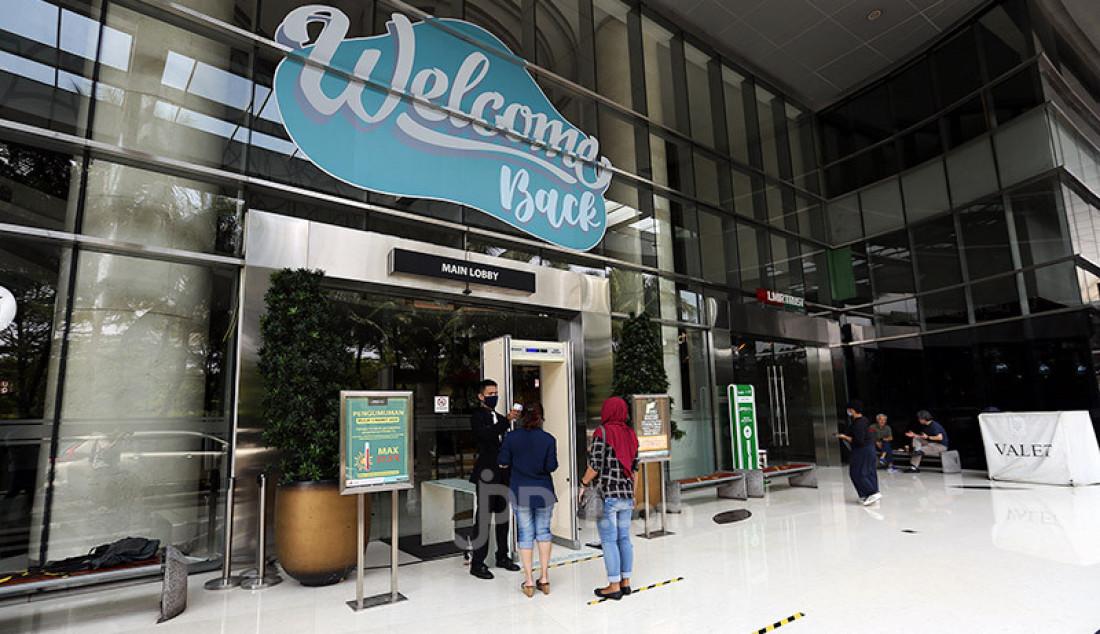 Petugas memeriksa suhu tubuh pengunjung di pintu masuk Lippo Mall Kemang, Jakarta, Selasa (2/6). Menjelang penerapan New Normal, Lippo Mall Kemang melakukan pembenahan dan penerapan protokol kesehatan. Foto: Ricardo - JPNN.com