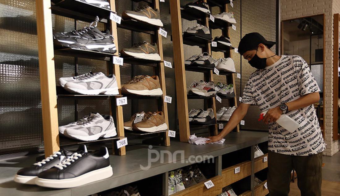 Karyawan toko saat membersihkan tempat display busana pada sebuah toko di Lippo Mall Kemang, Jakarta, Selasa (2/6). Menjelang penerapan New Normal, Lippo Mall Kemang melakukan pembenahan dan penerapan protokol kesehatan. Foto: Ricardo - JPNN.com