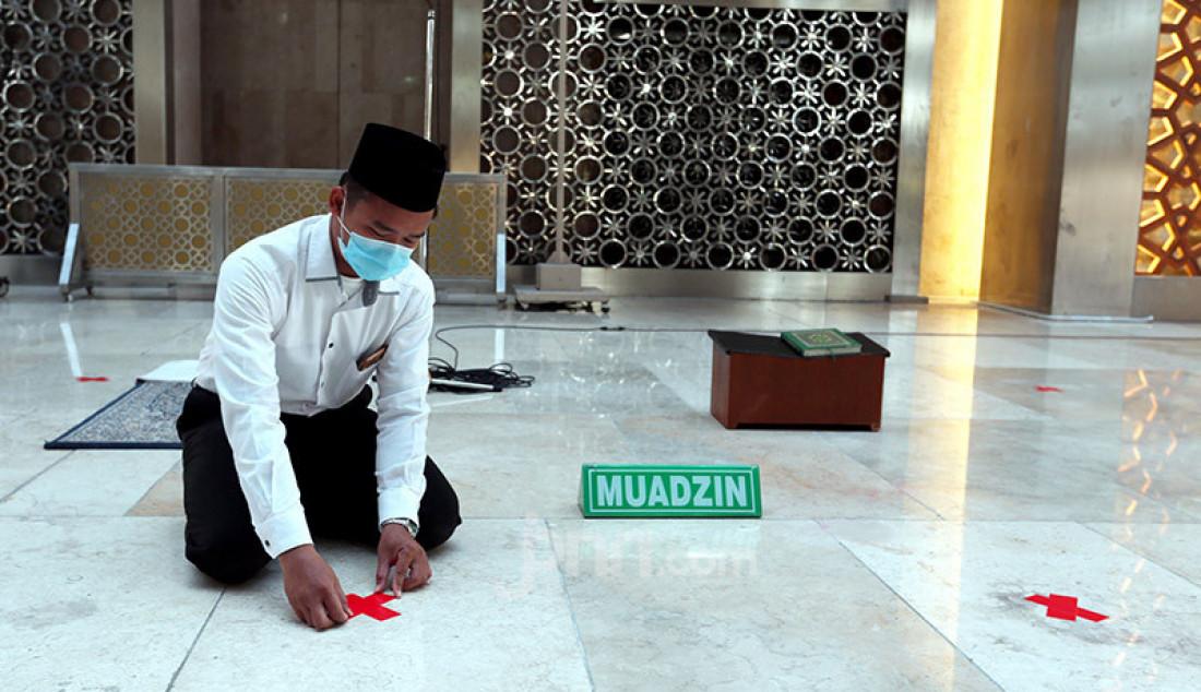 Petugas saat memberi tanda silang pada barisan shaf salat di Mesjid Istiqlal, Jakarta, Selasa (2/6). Mesjid Istiqlal akan menerapkan protokol kesehatan saat dimulainya new normal. Foto: Ricardo - JPNN.com