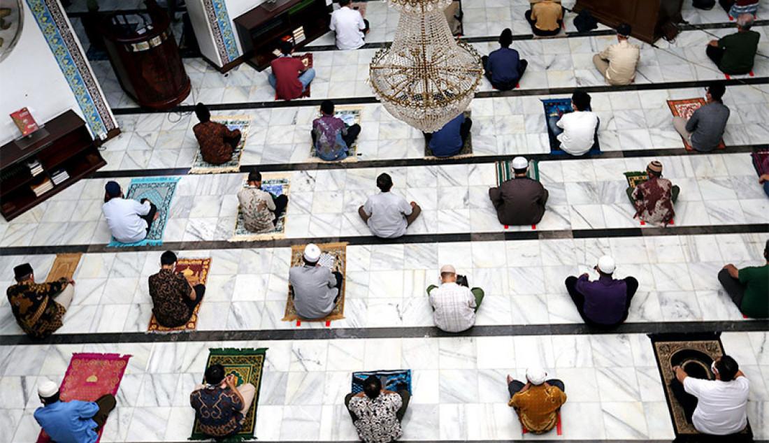 Umat Islam menunaikan salat Jumat berjamaah dengan protokol kesehatan di Masjid Cut Meutia, Jakarta, Jumat (5/6). Pemprov DKI Jakarta dan Dewan Masjid Indonesia memperbolehkan salat berjamaah untuk wilayah tertentu. Foto: Ricardo - JPNN.com