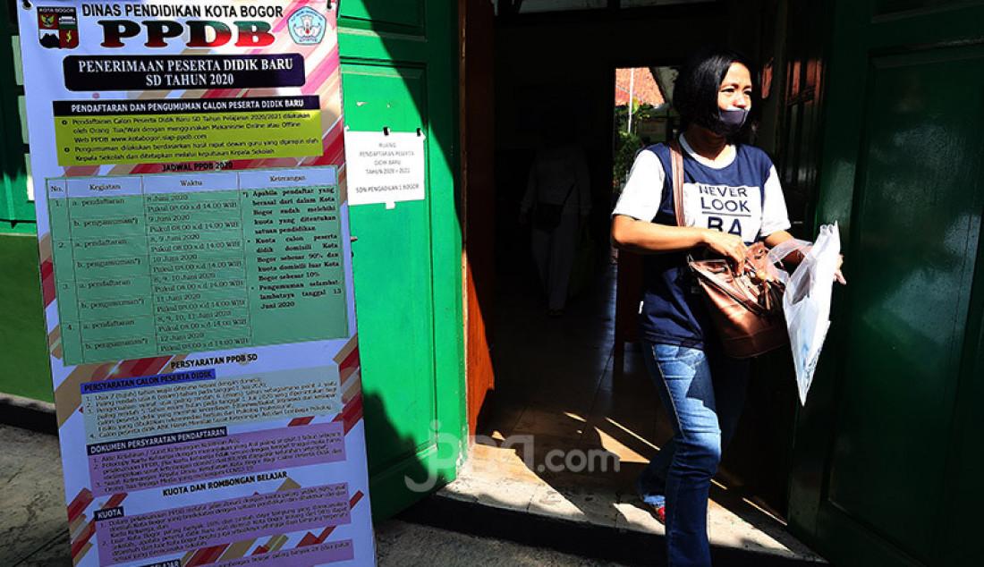 Orang tua siswa saat melakukan pendaftaran peserta didik baru (PPDB) tahun ajaran 2020/2021 di SDN Pengadilan I Bogor, Selasa (9/6). Dinas Pendidikan Kota Bogor membuka waktu pendaftaran PPDB tingkat SD disusul SMP/MTs yang dibagi tiga tahap. Foto: Ricardo - JPNN.com