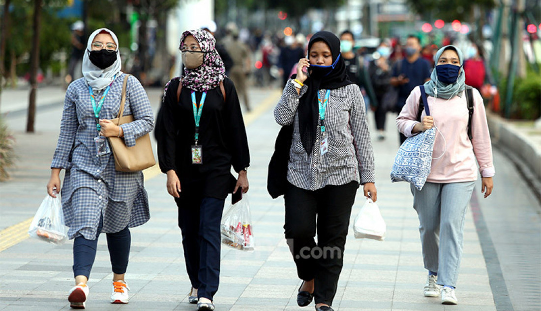 Aktivitas pulang kerja di kawasan Sudirman, Jakarta, Senin (8/6). Fase pertama PSBB transisi dimulainya aktivitas perkantoran di tengah masa transisi Pembatasan Sosial Berskala Besar (PSBB) pandemi COVID-19. Foto: Ricardo - JPNN.com