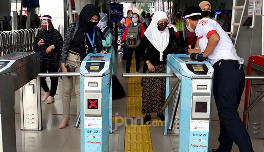 Calon penumpang KRL mengantre penumpang di Stasiun Bogor , Jawa Barat, Selasa (9/6). Memasuki hari kedua masa transisi New Normal, Stasiun Bogor masih dipadati. Foto: Ricardo - JPNN.com