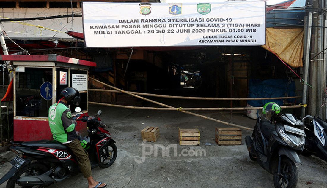 Suasana Pasar Minggu, Jakarta, Sabtu (20/6). Pasar Minggu ditutup selama tiga hari mulai 20-23 Juni 2020 setelah 3 pedagang dinyatakan positif Covid-19. Foto: Ricardo - JPNN.com