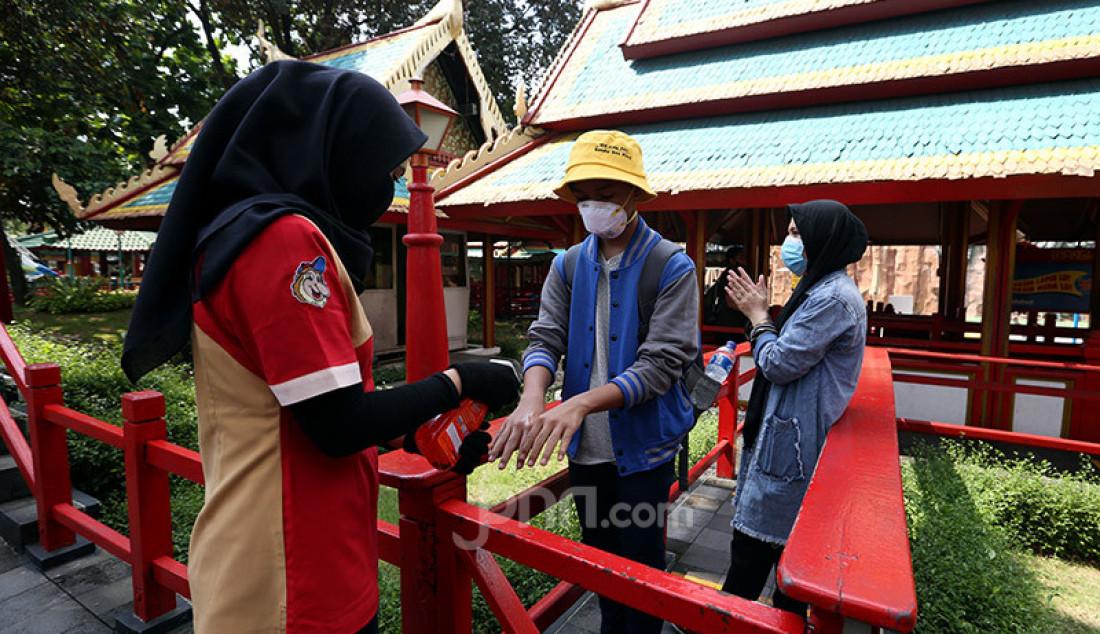 Suasana di wahana Dufan, Jakarta, Sabtu (20/6). Pihak Taman Impian Jaya Ancol menjual tiket secara daring, membatasi jumlah pengunjung 50%, pengunjung berusia 50 tahun ke atas dan di bawah 5 tahun juga tidak diizinkan serta harus ber KTP Jakarta. Foto: Ricardo - JPNN.com