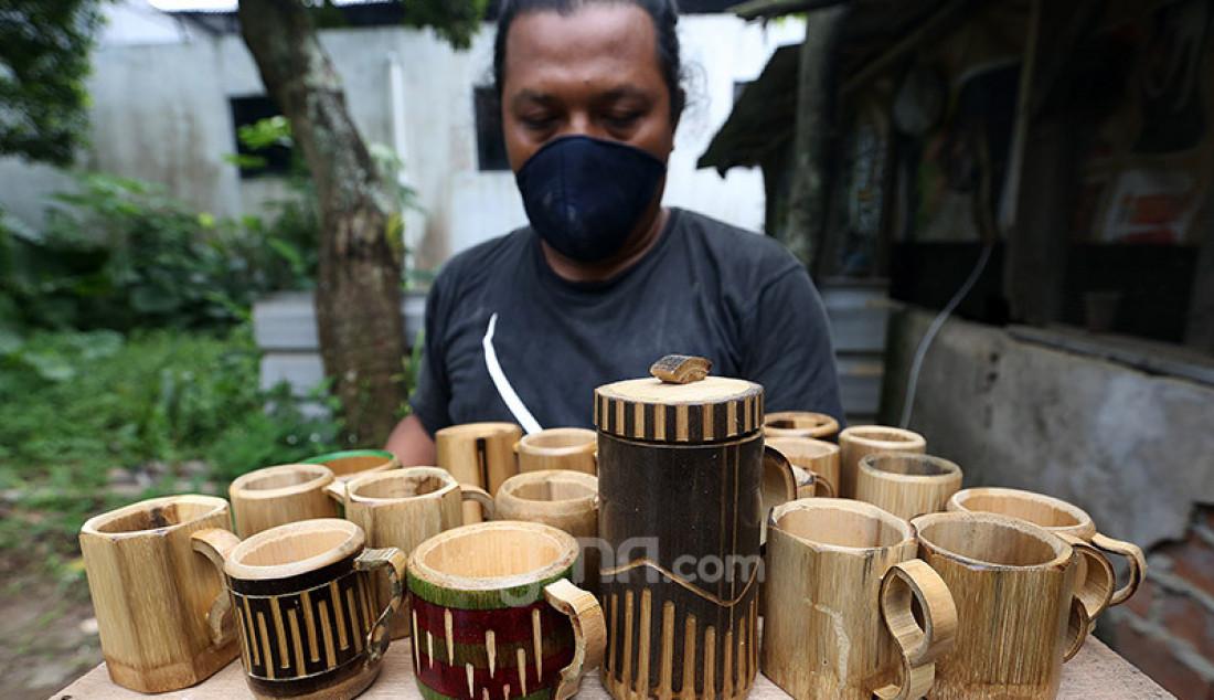 Perajin bambu hitam di bengkel Imah Lancah Awi (ILA), Desa Laladon, Kabupaten Bogor, Senin (22/6). Selain bermain di dalam negeri, kerajinan dari bahan bambu seperti gelas, mug dan cangkir itu kini merambah mancanegara. Foto: Ricardo - JPNN.com