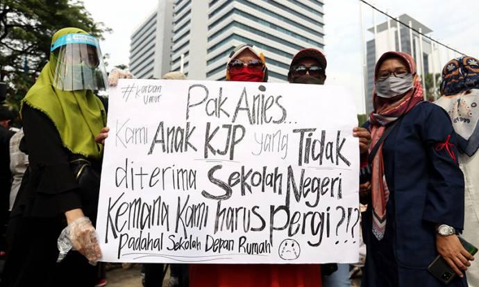 Orang Tua Murid Geruduk Gedung Balai Kota DKI Jakarta