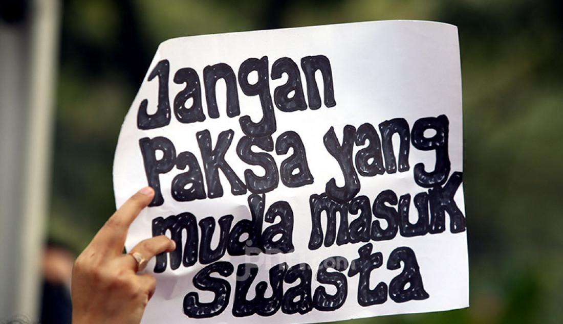 Orang tua murid terdampak PPDB DKI Jakarta melakukan aksi unjuk rasa di depan Gedung Balaikota DKI Jakarta, Selasa (23/6). Mereka menolak SK Dinas Pendidikan DKI Jakarta No.501 tahun 2020 tentang petunjuk teknis jalur zonasi, karena tidak sesuai dengan Permen Dikbud No.44 tahun 2019. Foto: Ricardo - JPNN.com