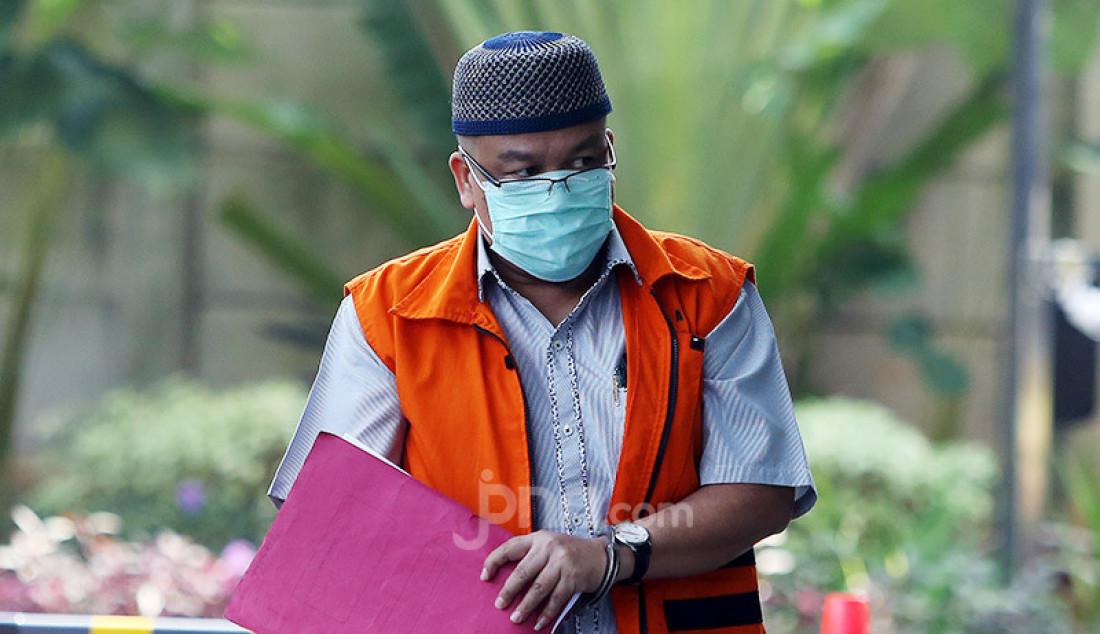 Terdakwa mantan anggota DPRD Kota Bandung 2009-2014 Tomtom Dabbul Qomar saat tiba di Gedung KPK, Jakarta, senin (29/6). Tomtom akan menjalani persidangan secara online terkait korupsi Ruang Terbuka Hijau (RTH). Foto: Ricardo - JPNN.com