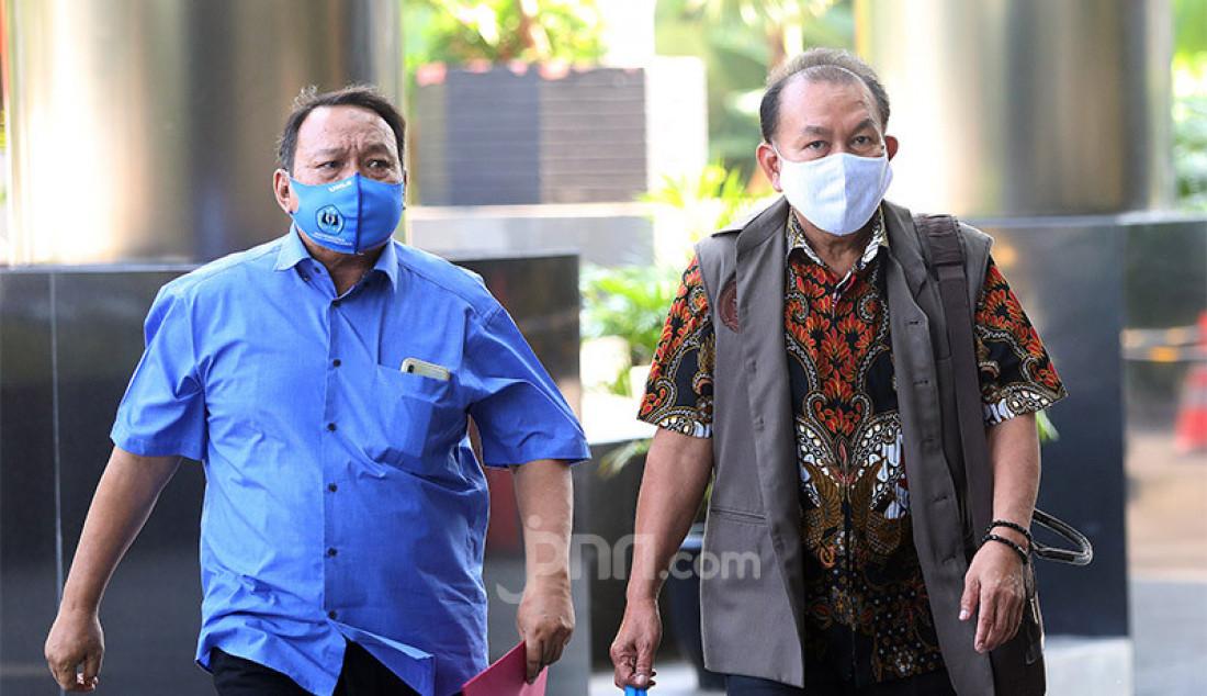 (Kanan) Ketua Pengurus YPTBL Universitas Langlang Buana Agus Kusnaedi menjalani pemeriksaan di Gedung KPK, Jakarta, Senin (29/6). Agus menjadi saksi tindak pidana korupsi suap dalam rangka pengadaan tanah untuk ruang terbuka hijau (RTH) Pemkot Bandung pada tahun 2012 dan 2013. Foto: Ricardo - JPNN.com
