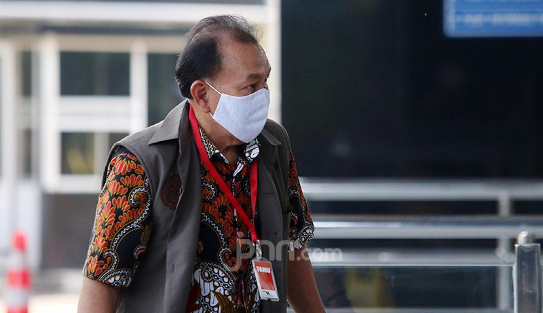 Ketua Pengurus YPTBL Universitas Langlang Buana Agus Kusnaedi menjalani pemeriksaan di Gedung KPK, Jakarta, Senin (29/6). Agus menjadi saksi tindak pidana korupsi suap dalam rangka pengadaan tanah untuk ruang terbuka hijau (RTH) Pemkot Bandung pada tahun 2012 dan 2013. Foto: Ricardo - JPNN.com