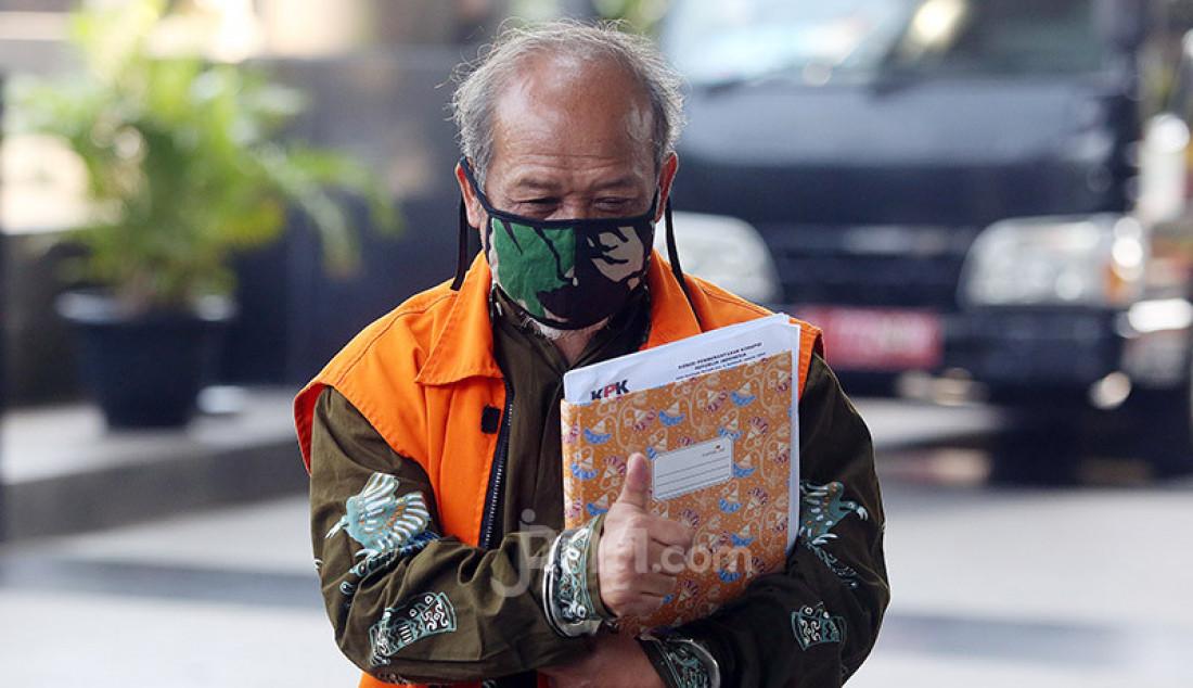 Terdakwa mantan anggota DPRD Kota Bandung 2009-2014 Kadar Slamet saat tiba di Gedung KPK, Jakarta, senin (29/6). Kadar Slamet akan menjalani persidangan secara online terkait korupsi Ruang Terbuka Hijau (RTH). Foto: Ricardo - JPNN.com
