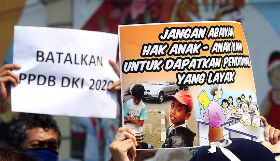 Orang tua murid yang tergabung dalam Forum Relawan PPDB DKI 2020 menggelar aksi demonstrasi di depan Kantor Kemendikbud, Jakarta, Senin (29/6). Mereka meminta Mendikbud untuk turun tangan langsung menyelesaikan polemik PPDB SD/SMP/SMA di semua jalur (Zonasi, Afirmasi, Inklusi, Prestasi), yang diseleksi berdasarkan usia yang dibuat oleh Dinas Pendidikan DKI Jakarta. Foto: Ricardo - JPNN.com