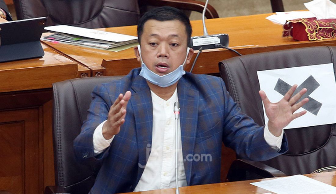 Anggota Komisi VI DPR Nusron Wahid mengikuti rapat dengar pendapat dengan Dirut PT Pertamina (Persero) Nicke Widyawati, Jakarta, Senin (29/6). Rapat tersebut membahas mengenai pembayaran utang pemerintah ke Pertamina. Foto: Ricardo - JPNN.com