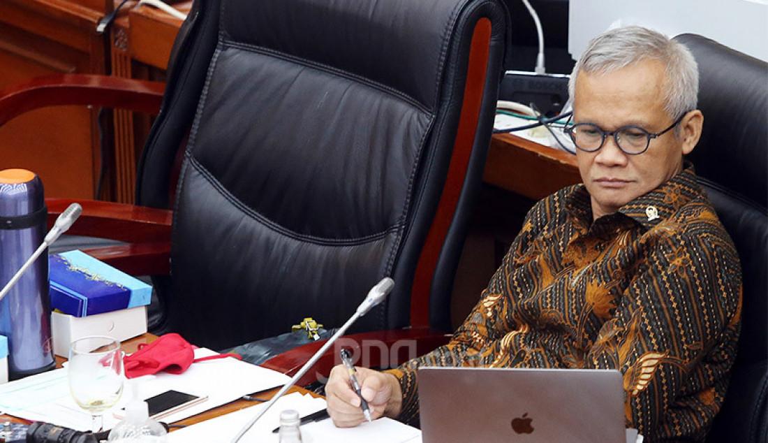 Wakil Ketua Komisi VI DPR Aria Bima memimpin rapat dengar pendapat dengan Dirut PT Pertamina (Persero) Nicke Widyawati, Jakarta, Senin (29/6). Rapat tersebut membahas mengenai pembayaran utang pemerintah ke Pertamina. Foto: Ricardo - JPNN.com