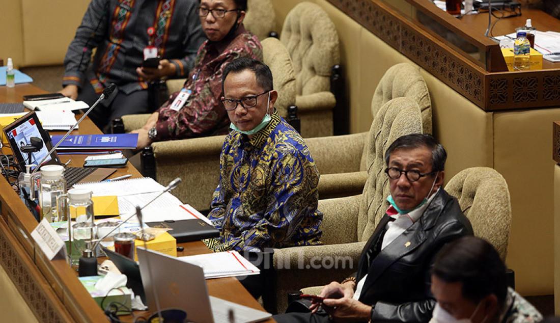 Mendagri Tito Karnavian bersama Menkumham Yasonna Laoly saat mengikuti rapat kerja dengan Komisi II DPR, Jakarta, Selasa (30/6). Rapat tersebut menyetujui Perppu Nomor 2 Tahun 2020 tentang Perubahan Ketiga atas Undang-undang Nomor 1 Tahun 2015 tentang Penetapan Peraturan Pemerintah Pengganti Undang-Undang Nomor 1 Tahun 2014 tentang Pemilihan Gubernur, Bupati, dan Wali kota menjadi Undang-Undang dan disahkan dalam rapat paripurna. Foto: Ricardo - JPNN.com