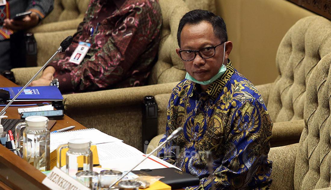 Mendagri Tito Karnavian saat mengikuti rapat kerja dengan Komisi II DPR, Jakarta, Selasa (30/6). Rapat tersebut menyetujui Perppu Nomor 2 Tahun 2020 tentang Perubahan Ketiga atas Undang-undang Nomor 1 Tahun 2015 tentang Penetapan Peraturan Pemerintah Pengganti Undang-Undang Nomor 1 Tahun 2014 tentang Pemilihan Gubernur, Bupati, dan Wali kota menjadi Undang-Undang dan disahkan dalam rapat paripurna. Foto: Ricardo - JPNN.com