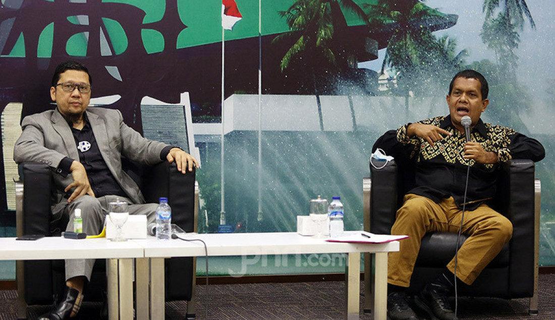 Kanan: Ketua Komite I DPD Agustin Teras Narang, Wakil Ketua Komisi IX DPR Emanuel Melkiades Laka Lena menjadi pembicara pada diskusi Pilkada Serentak 2020 di Tengah Pandemi Covid-19 di Gedung DPR, Jakarta, Selasa (30/2). Foto: Ricardo - JPNN.com