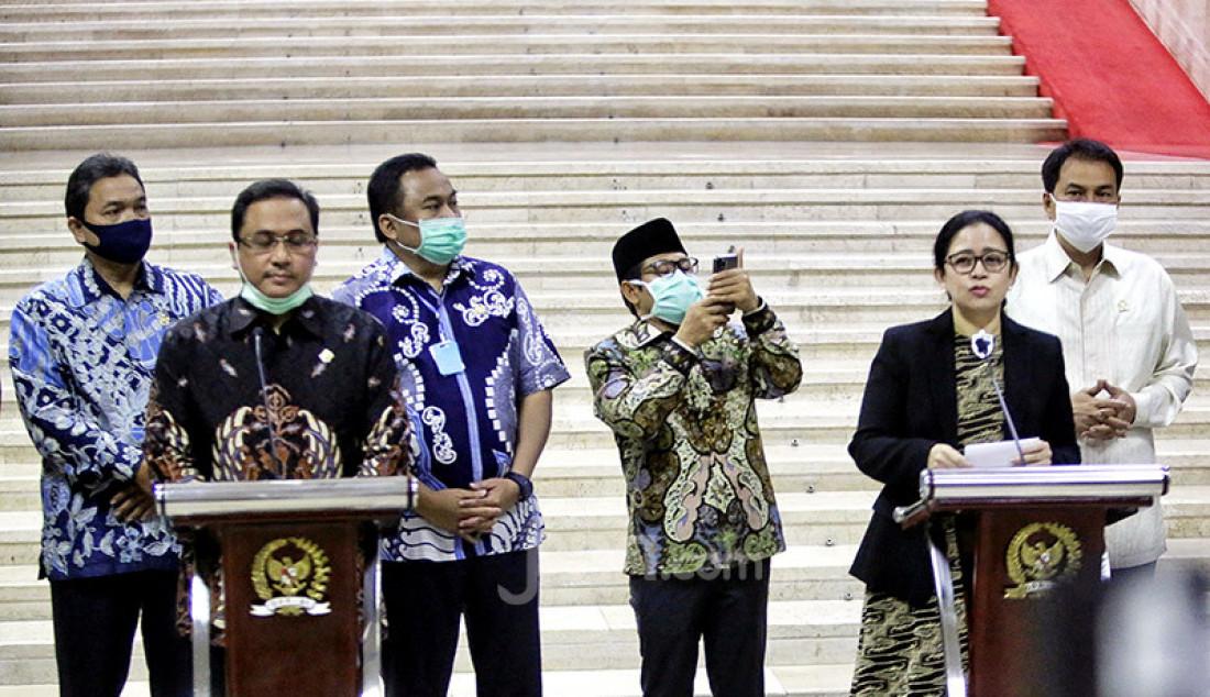 Ketua DPR Puan Maharani bersama Ketua Ketua Badan Pemeriksa Keuangan (BPK) RI Agung Firman Sampurna (kiri depan) memberikan keterangan pers usai menggelar pertemuan di kompleks Parlemen, Jakarta, Selasa (30/6). Dalam pertemuan tersebut DPR meminta BPK untuk melakukan pengawasan, pemeriksaan penggunaan dana dalam penanganan pandemi COVID-19 secara tansparan agar dapat dimanfaatkan sebesar-besarnya bagi rakyat Indonesia. Foto: Ricardo - JPNN.com