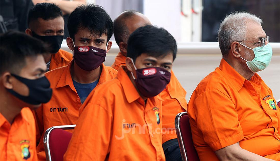 Para tersangka dihadirkan saat pemusnahan barang bukti sabu seberat 1,2 ton, Jakarta, Kamis (2/7). Narkoba tersebut merupakan hasil sitaan dari jaringan internasional Iran dan Timur Tengah. Foto: Ricardo - JPNN.com