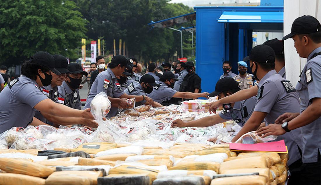 Polda Metro Jaya melakukan pemusnahan barang bukti sabu seberat 1,2 ton, Jakarta, Kamis (2/7). Narkoba tersebut merupakan hasil sitaan dari jaringan internasional Iran dan Timur Tengah. Foto: Ricardo - JPNN.com