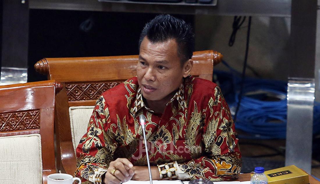 Anggota Komisi XI DPR Hasbi Anshory mengikuti rapat uji Kelayakan dan Kepatutan Calon Deputi Gubernur BI dengan calon Aida S Budiman di Ruang Komisi XI DPR, Jakarta, Selasa (7/7). Foto: Ricardo - JPNN.com