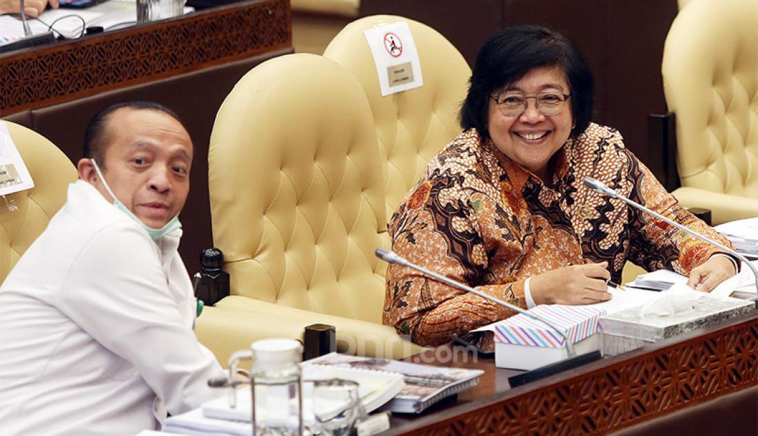 Menteri LHK Siti Nurbaya Bakar mengikuti rapat kerja dengan Komisi IV DPR, Jakarta, Rabu (8/7). Rapat tersebut membahas progress report mengenai pelaksanaan program strategis Kementerian LHK dampak pandemi COVID-19, tindak lanjut kesimpulan rapat Komisi IV DPR dan isu-isu aktual. Foto: Ricardo - JPNN.com
