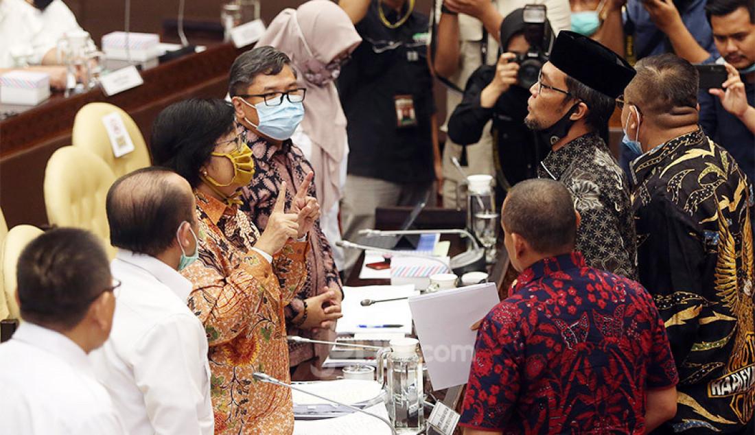 Sejumlah Anggota Komisi IV DPR saat berdiskusi dengan Menteri LHK Siti Nurbaya Bakar disela rapat kerja, Jakarta, Rabu (8/7). Rapat tersebut membahas progress report mengenai pelaksanaan program strategis Kementerian LHK dampak pandemi COVID-19, tindak lanjut kesimpulan rapat Komisi IV DPR dan isu-isu aktual. Foto: Ricardo - JPNN.com