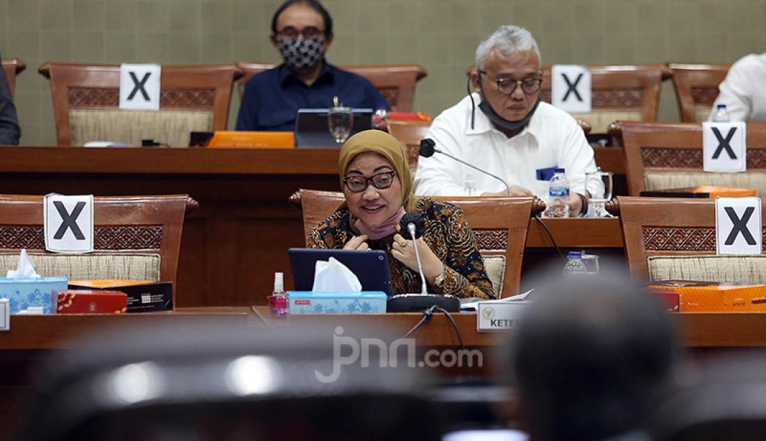 Menteri Ketenagakerjaan (Menaker) Ida Fauziyah mengikuti rapat kerja dengan Komisi IX DPR, Senayan, Jakarta, Rabu (8/7). Rapat tersebut membahas perlindungan Pemerintah terhadap ketahanan struktur ketenagakerjaan dan pandemi COVID-19. Foto: Ricardo - JPNN.com