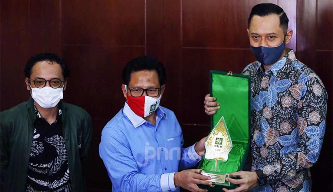 Ketum PKB Muhaimin Iskandar memberikan cinderamata kepada Ketum Partai Demokrat Agus Harimurti Yudhoyono usai melakukan pertemuan di Kantor DPP PKB, Jakarta, Rabu (8/7). Pertemuan tersebut membahas koalisi Pilkada 2020. Foto: Ricardo - JPNN.com