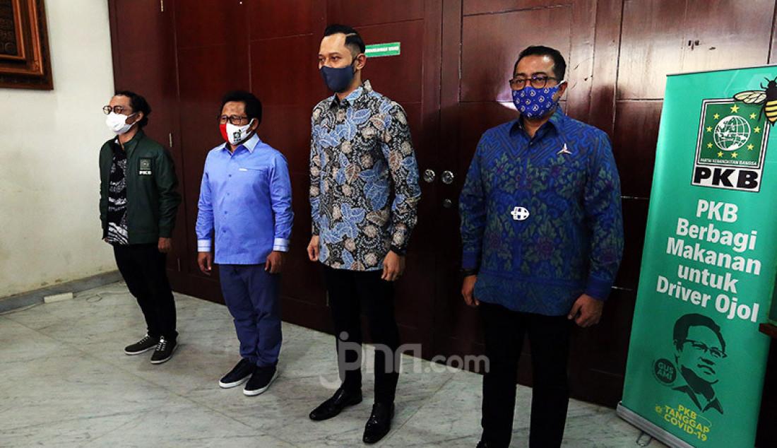 Ketum PKB Muhaimin Iskandar berfoto bersama Ketum Partai Demokrat Agus Harimurti Yudhoyono usai melakukan pertemuan di Kantor DPP PKB, Jakarta, Rabu (8/7). Pertemuan tersebut membahas koalisi Pilkada 2020. Foto: Ricardo - JPNN.com