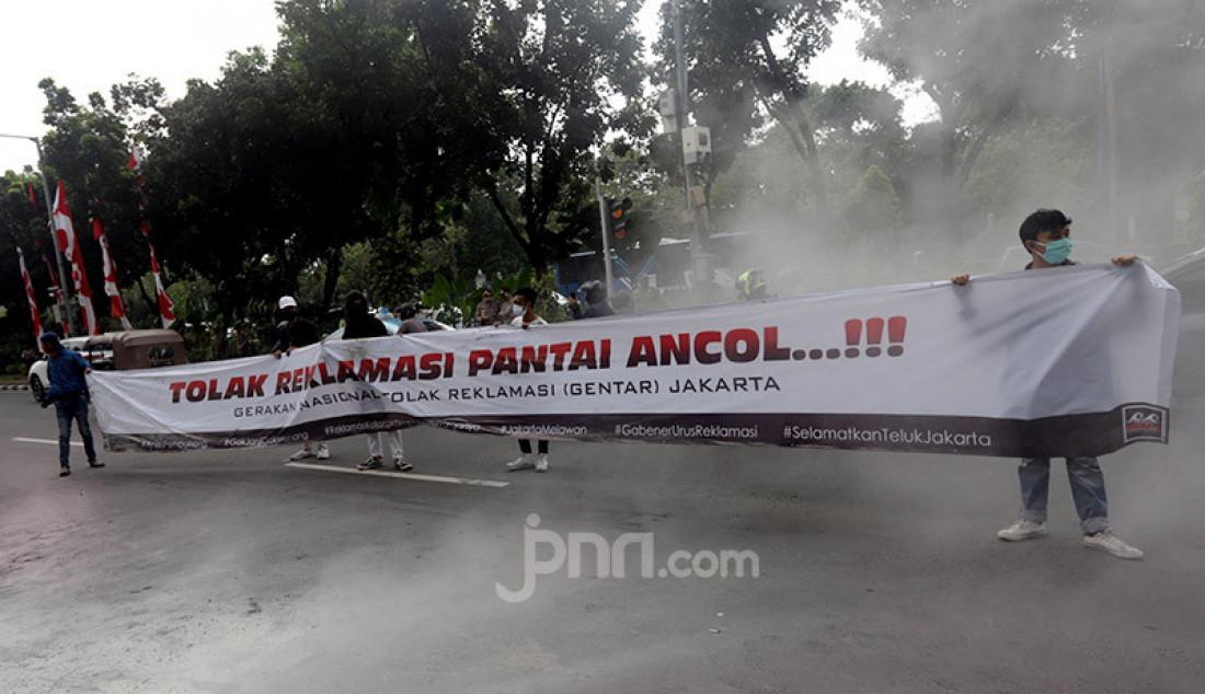 Massa yang tergabung dalam Gerakan Nasional Tolak Reklamasi (Gentar) Jakarta menggelar aksi unjuk rasa di depan gedung Balai Kota, Jakarta, Rabu (8/7). Mereka menuntut Gubernur DKI Jakarta Anies Baswedan segera mencabut izin reklamasi di kawasan Pantai Ancol. Foto: Ricardo - JPNN.com
