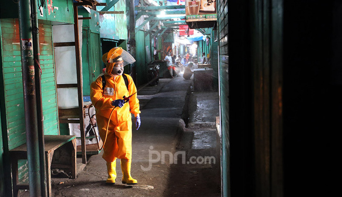 Petugas PMI melakukan penyemprotan di area Pasar Tradisional Cikini dan Pemukiman Warga RW 01, Jakarta Pusat, Kamis (9/7). Penyemprotan ini untuk mencegah penyebaran Covid 19. Foto: Ricardo - JPNN.com