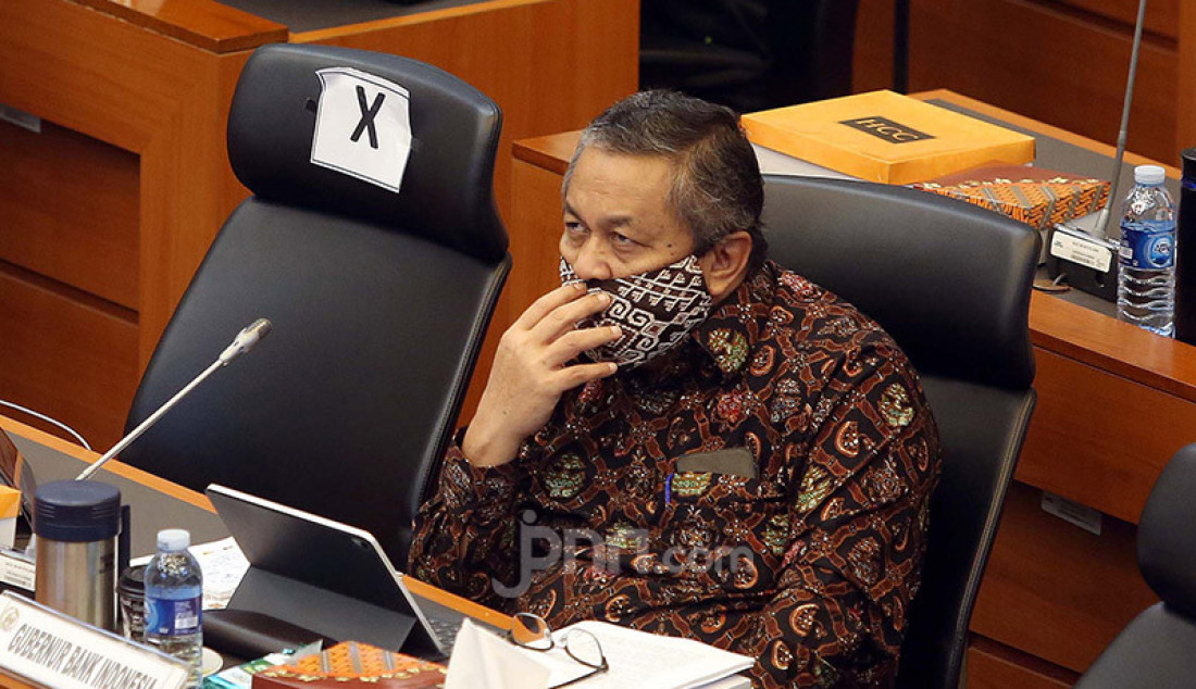 Gubernur BI Perry Warjiyo mengikuti rapat kerja dengan Banggar DPR di Kompleks Parlemen, Senayan, Jakarta, Kamis (9/7). Rapat tersebut terkait penyampaian dan pengesahan RAPBN 2021 dan RKP Tahun 2021. Foto: Ricardo - JPNN.com