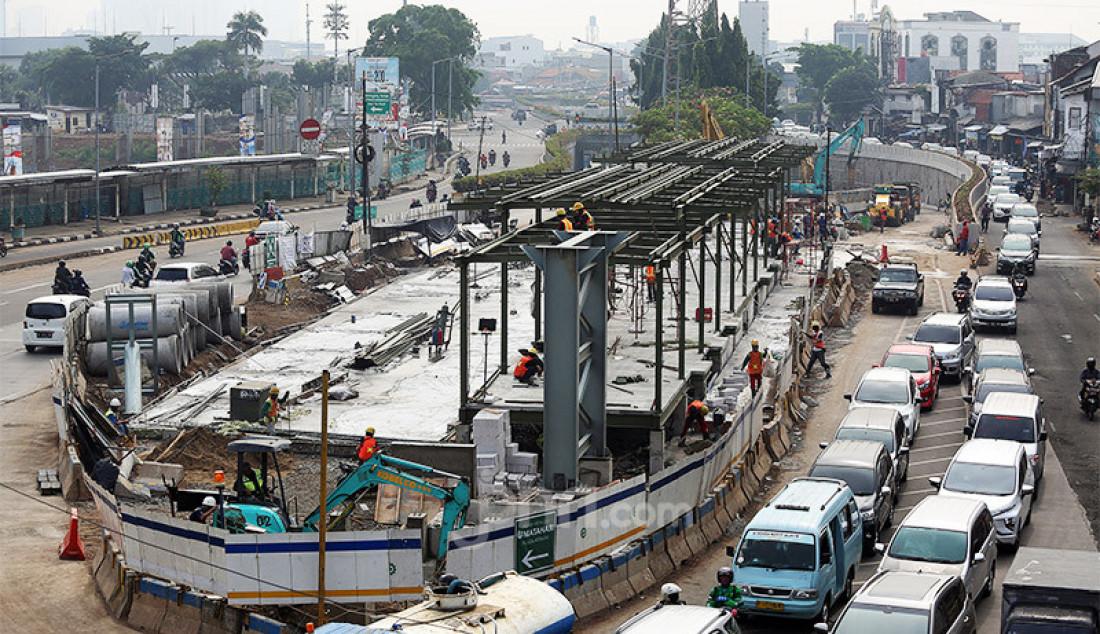 Pekerja menyelesaikan pembangunan proyek Underpass Senen Extension, Jakarta, Jumat (10/7). Proyek yang menelan anggaran mencapai Rp 121,1 miliar dan ditargetkan selesai pada Desember 2020 tersebut diharapkan dapat mengurai kemacetan di kawasan tersebut. Foto: Ricardo - JPNN.com