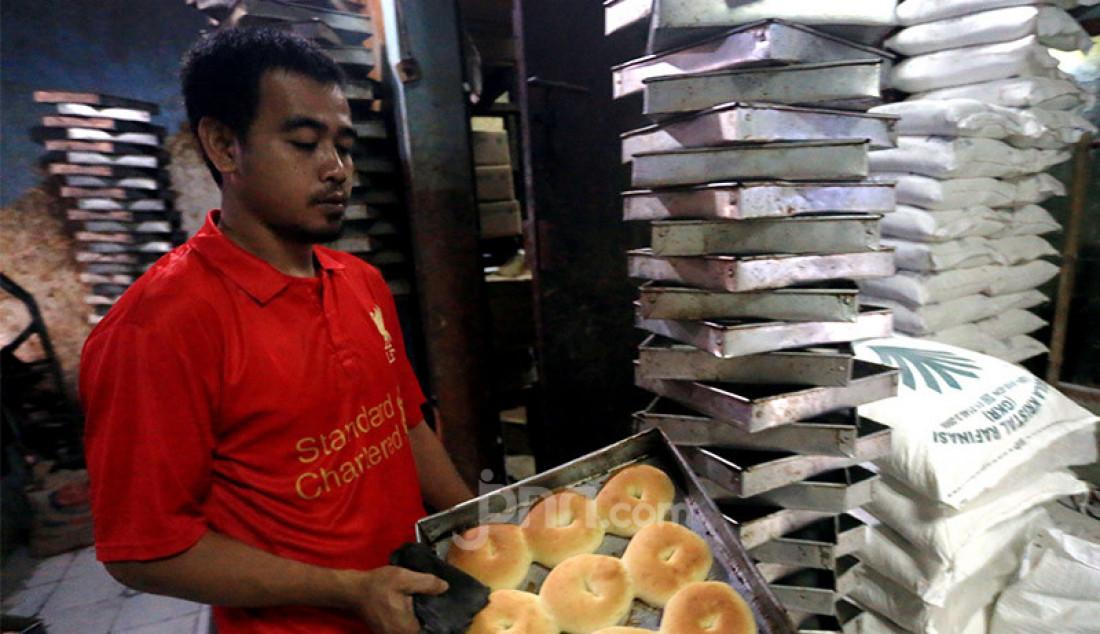 Pekerja menyelesaikan pembuatan roti skala rumahan di Kawasan Benhil, Jakarta, Jumat (10/7). Industri roti rumahan ini mampu membuat sekitar 4000-5000 roti per hari, namun pandemi Covid-19 telah berimbas pada menurunnya jumlah produksi dan mempengaruhi omzet. Foto: Ricardo - JPNN.com