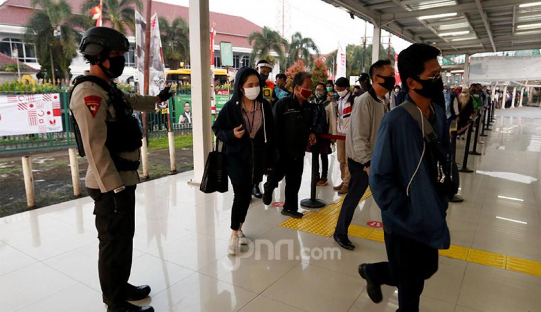 Petugas saat mengatur antrian penumpang KRL di Stasiun Bogor, Senin (13/7). PT Kereta Api Indonesia (KAI) (Persero) meminta pelonggaran aturan tentang kapasitas angkut maksimum Kereta Rel Listrik (KRL) Commuter Line dengan meningkatkan dari 45 persen menjadi 60 persen untuk mengurangi antrean calon penumpang di stasiun. Foto: Ricardo - JPNN.com