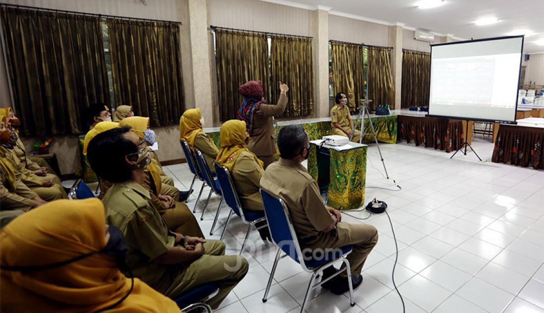 Suasana Masa Pengenalan Lingkungan Sekolah (MPLS) kepada siswa baru pada hari pertama tahun ajaran baru 2020-2021 di SMP N 1 Bogor, Senin (13/7). Dinas Pendidikan Kota Bogor menginstruksikan sekolah untuk melakukan sistem PJJ atau daring di awal tahun ajaran baru karena Kota Bogor masih zona kuning. Foto: Ricardo - JPNN.com