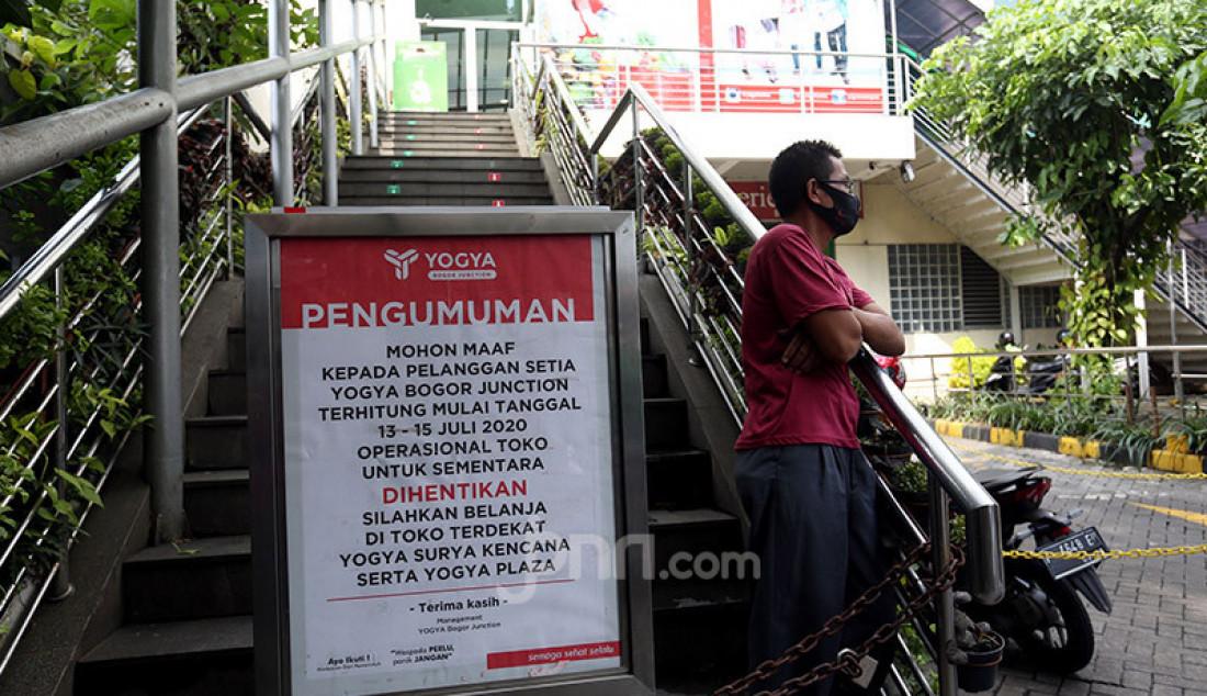 Papan pengumuman penutupan sementara terpasang di tangga masuk swalayan Yogya Bogor Junction,Senin (13/7). Manajemen Yogya Bogor Junction menuntup sementara dari tanggal 13-15 Juli 2020 pasca satu pegawai positif Covid-19. Foto: Ricardo - JPNN.com