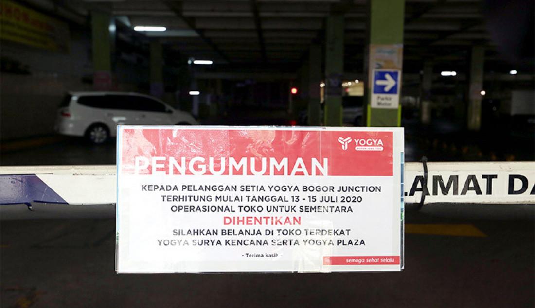 Papan pengumuman penutupan sementara terpasang d pintu masuk area parkir swalayan Yogya Bogor Junction, Senin (13/7). Manajemen Yogya Bogor Junction menuntup sementara dari tanggal 13-15 Juli 2020 pasca satu pegawai positif Covid-19. Foto: Ricardo - JPNN.com