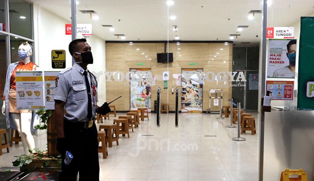 Petugas keamanan saat berjaga di pintu masuk swalayan Yogya Bogor Junction, Senin (13/7). Manajemen Yogya Bogor Junction menuntup sementara dari tanggal 13-15 Juli 2020 pasca satu pegawai positif Covid-19. Foto: Ricardo - JPNN.com