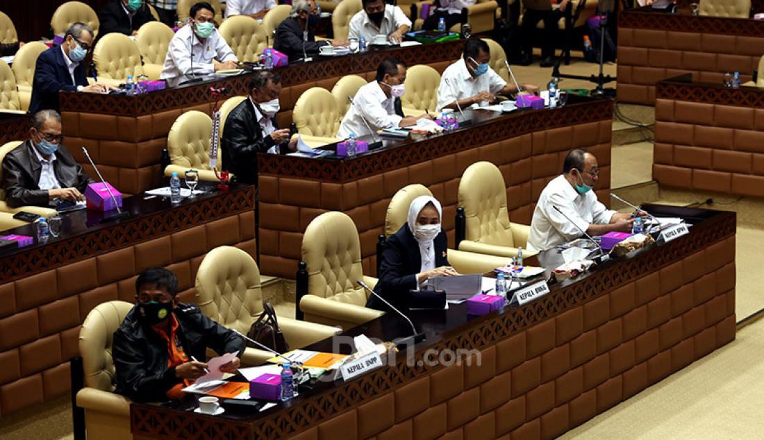 Kiri: Kepala BNPP atau Basarnas Marsdya Bagus Puruhito, Kepala BMKG Dwikorita Karnawati dan Plt Kepala BP-BPWS (Kabapel) Achmad Herry Marzuki mengikuti rapat dengar pendapat dengan Komisi V DPR, Jakarta, Senin (13/7). Rapat tersebut membahas Tindak lanjut Hapsem BPK Semester I dan II Tahun 2019 BMKG, BNPP, dan Bapel BPWS. Foto: Ricardo - JPNN.com